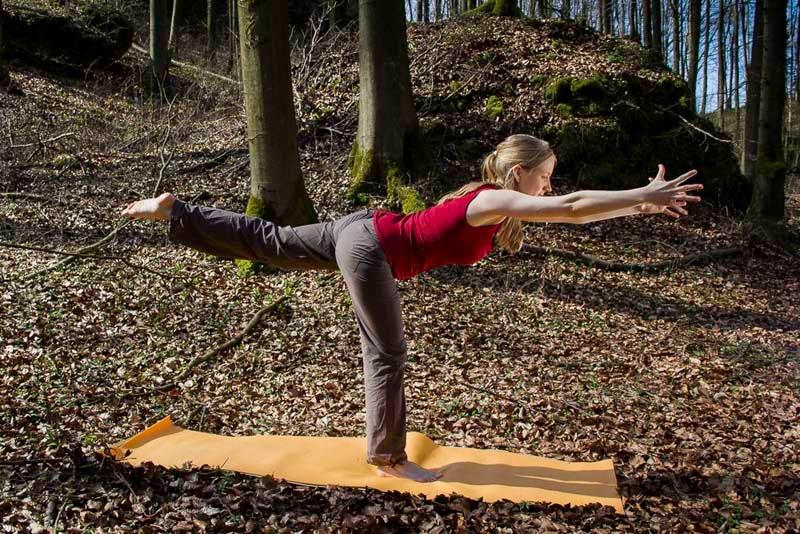 Klettergurt Für Yoga : Baumkletterer mit säge und klettergurt holzfäller bei der arbeit