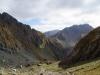 Imposante Berglandschaft mit Wanderern, unten mittig zum Größenvergleich