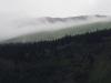 Wolken kriechen über den Hang