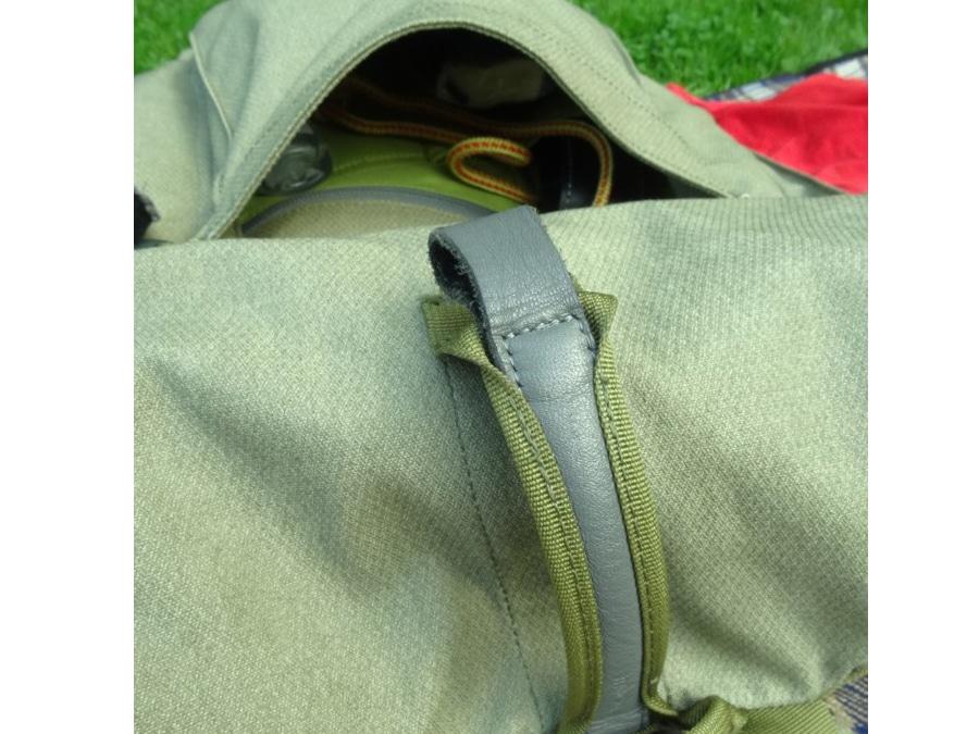 Exzentrisch ist der vertikale Griff, aber im Alltag sehr nützlich, wenn man mit dem Rucksack in den unmöglichsten Situationen rumhantieren muss.