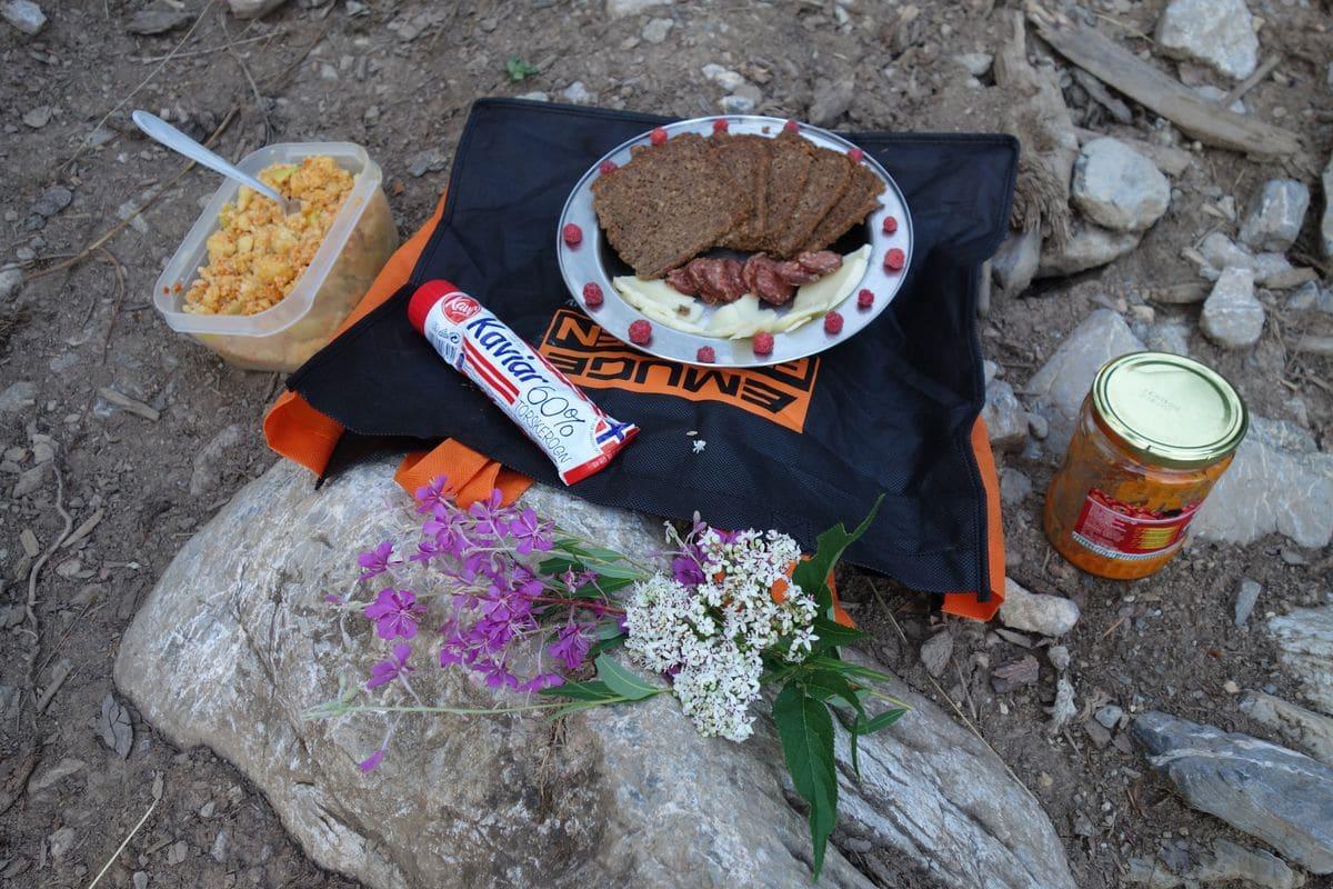 Edelfrühstück mit Beeren und Blumen