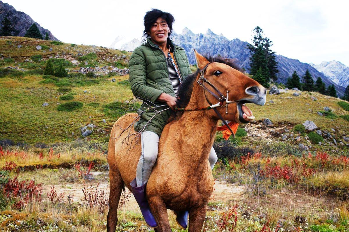 Ein tibetischer Cowboy im Hochland