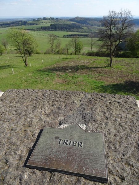 Tatsächlich ist Trier vom Mäuseberg noch mehr als 100 km Fußmarsch entfernt