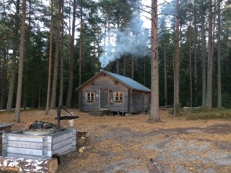 Höga-Kusten - Hütte mit rauchendem Schornstein