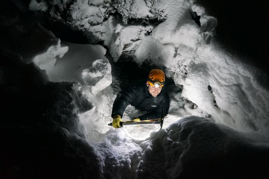 Der Einstieg zur Lavahöhle ist im Tiefschnee nur schwer zu finden