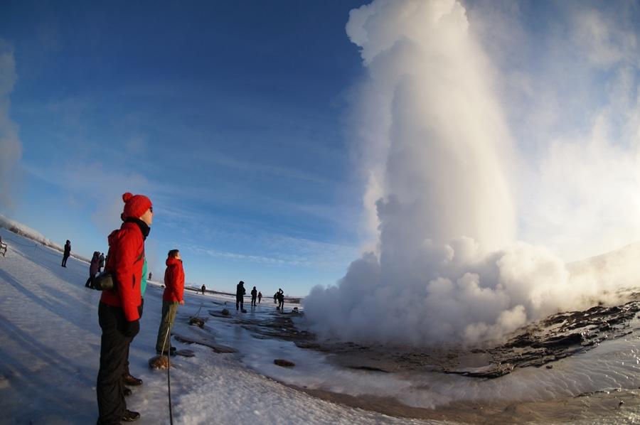 Staunen an Geysir Strokkur –alle 10 Minuten schießt das Wasser bis zu 30 Meter in die Höhe