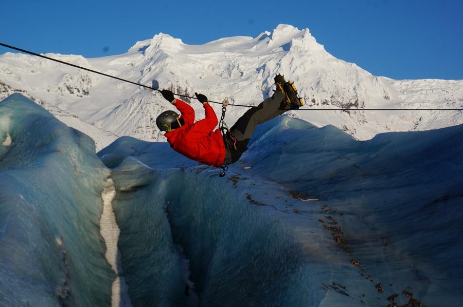Von Spalte zu Spalte - Seilbrücke am Vatnajökul, der flächenmäßig größte Gletscher der Welt