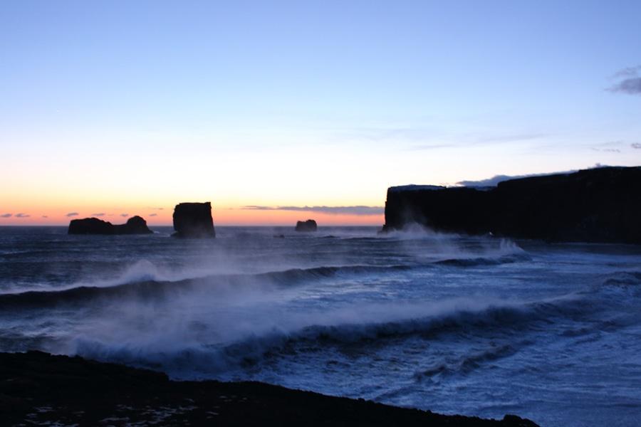 Starke Winde und große Wellen am Dyrholaey, den südlichsten Punkt der Hauptinsel