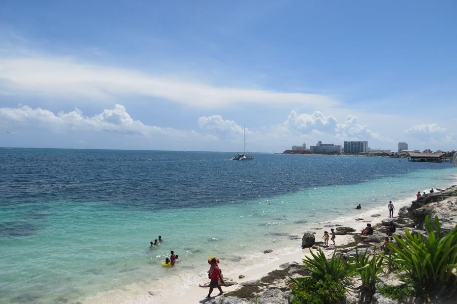 Der Urlaub beginnt mit azurblauem Karibikstrand