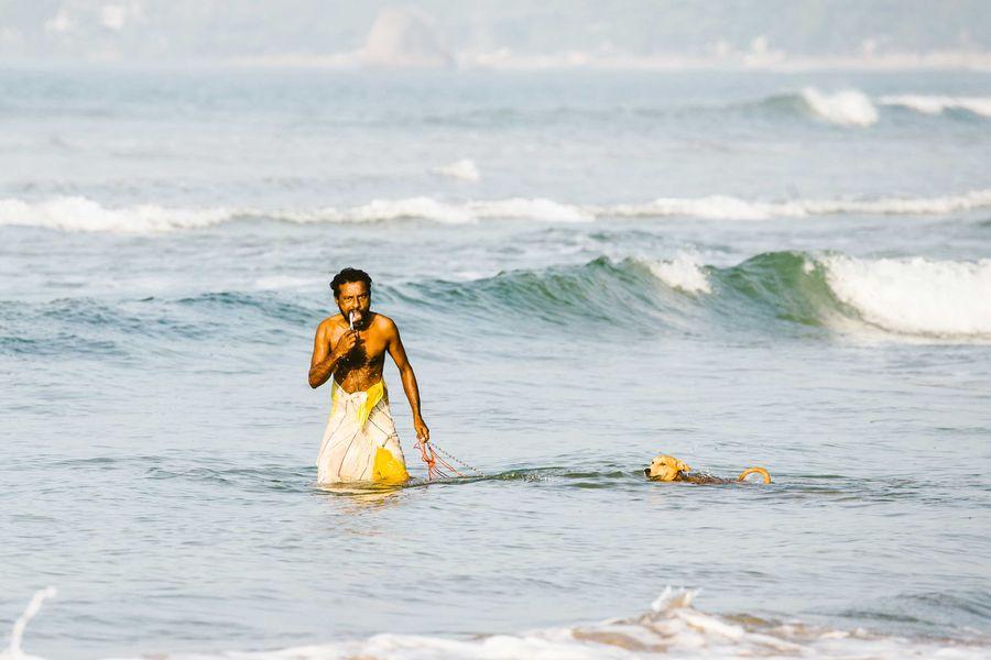 Sri Lanka - Fischer beim Zähneputzen im Meer