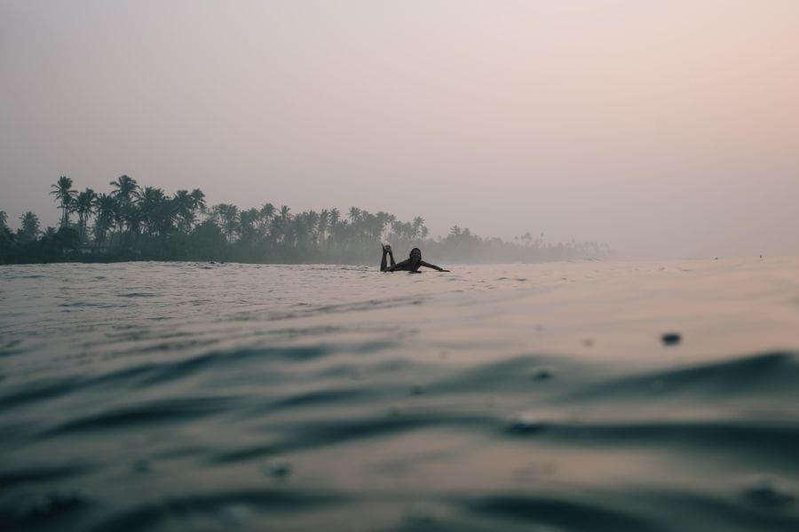 Sri Lanka - Surferin am frühen Morgen