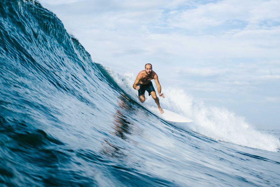 Sri Lanka - Surfer auf Welle