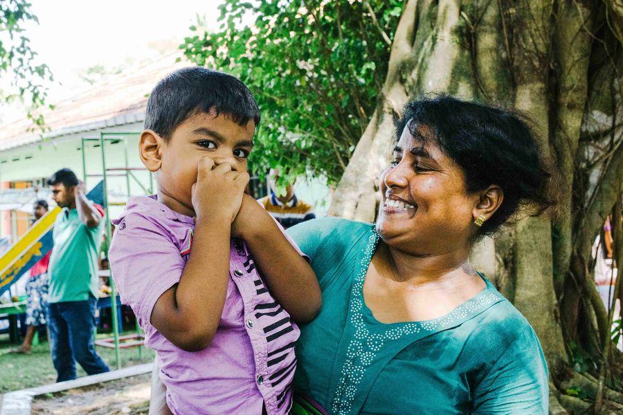 Sri Lanka - Mutter mit Sohn auf dem Arm