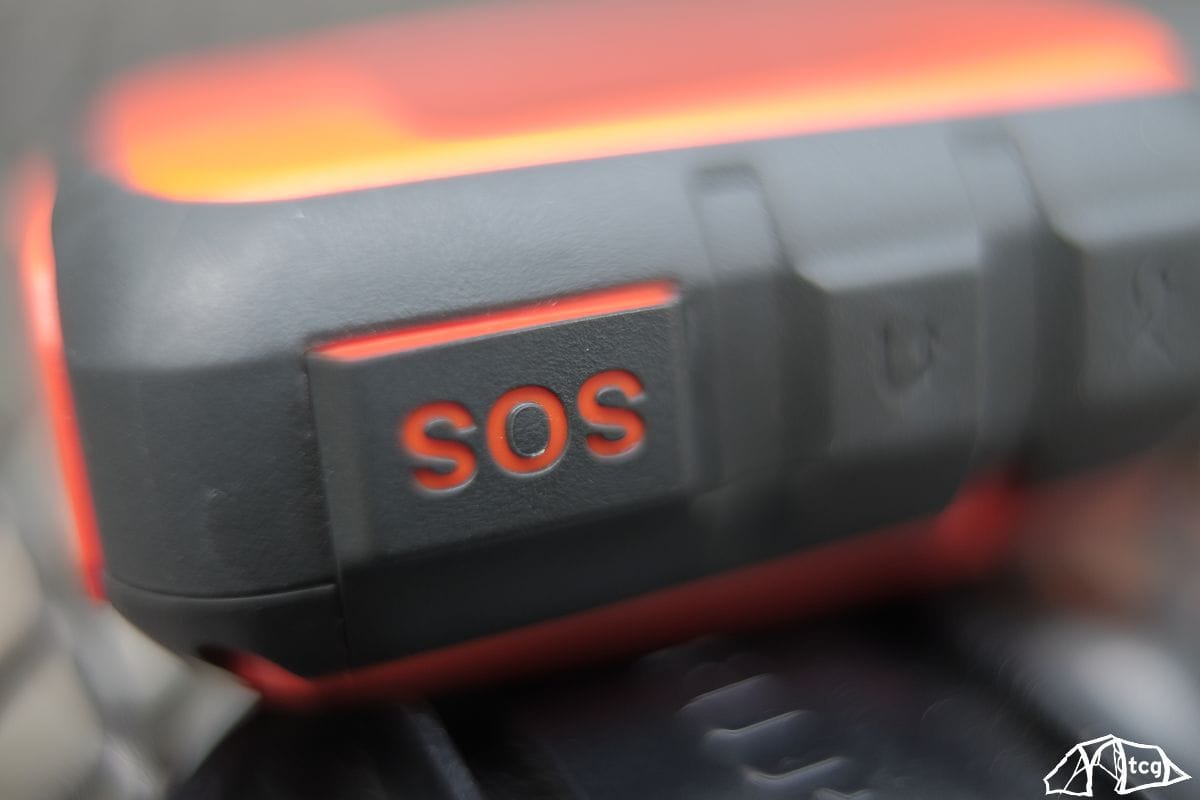 Der SOS-Button befindet sich unter einer Abdeckung, um nicht versehentlich ausgelöst zu werden.