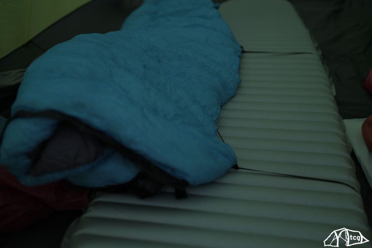 So sieht der Quilt samt Isomattenbefestigung von oben aus