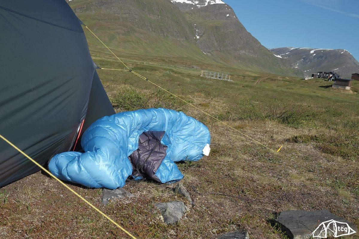 Ein häufiges Problem am Morgen. Der NanoLite ist so leicht, dass er kaum auf dem Zelt liegen bleibt. Jedes Lüftchen weht ihn davon!