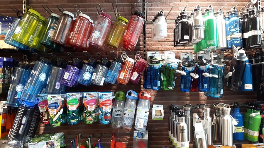 Hier findet sich für jeden die richtige Flasche und Farbe.
