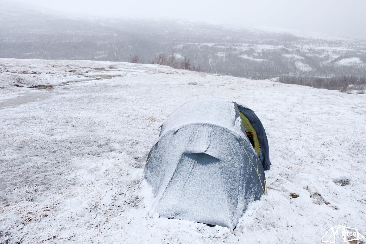 Schnee gab es natürlich auch immer mal am Tage und zwang mich ins Zelt.