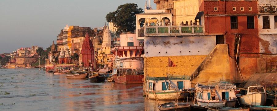 Varanasi bei sonnenaufgang, der Ganges hat extremes hochwasser_w