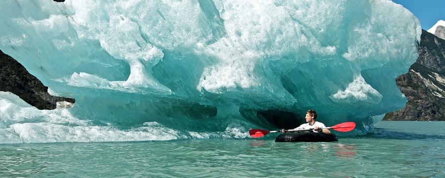 Im Rucksackboot vor dem Eisberg. Alle Bilder: Jan Mueller