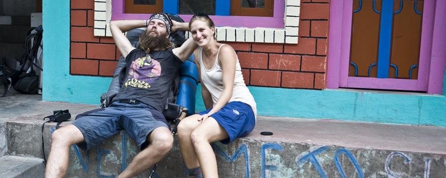 Anja und Norman vor dem bunten Hostel. Alle Fotos: Anja Discher