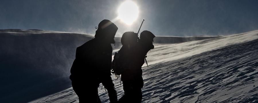 Beissender Wind auf dem Weg zum Gipfel. Alle Bilder: Philipp Konietzko