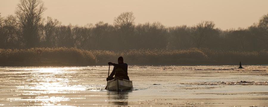 Der Sonne entgegen. Das CAMP4 Team paddelt auf der eisigen Oder. Alle Bilder: Johannes Ahrens