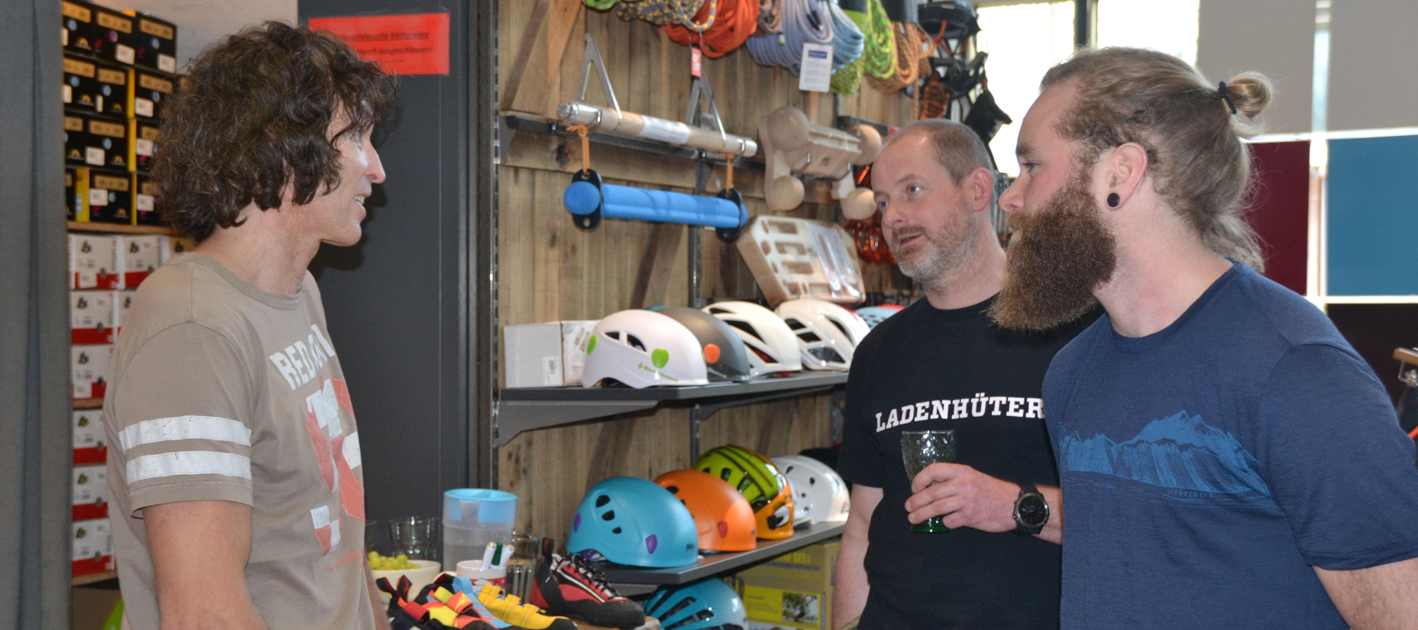 Fachsimpeln im CAMP4: Stefan Glowacz im Gespräch mit unseren Kletterern. Foto: Dr. Jürgen Seifert