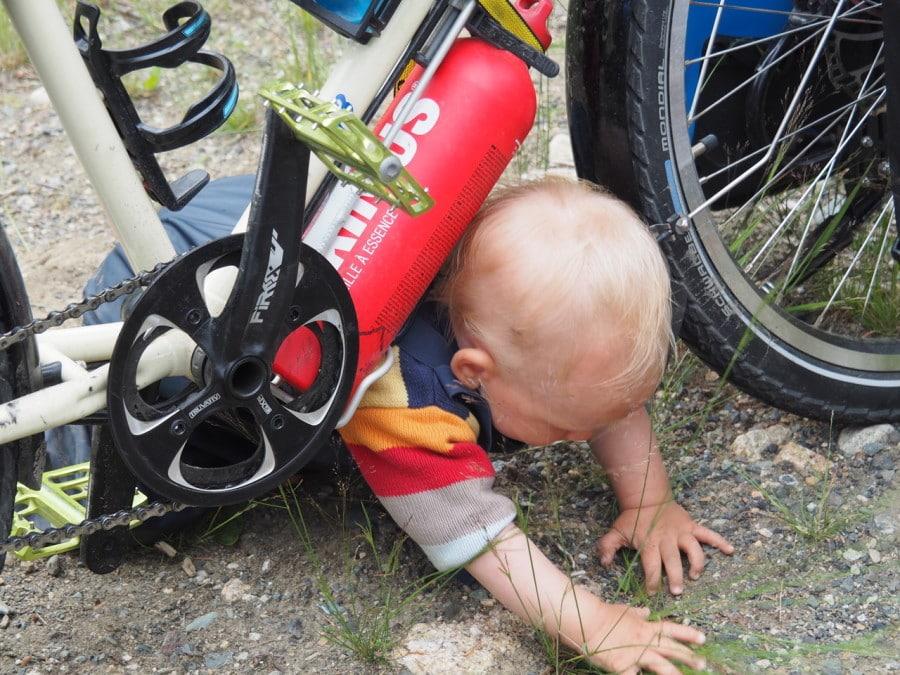 Das Baby und die Brennstoffflasche