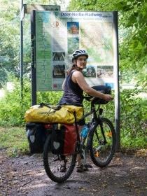 Melanie auf Fahrradtour entlang des Oder-Neiße-Radwegs