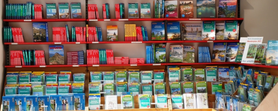 Landkarten und Bücher im Camp4 Berlin